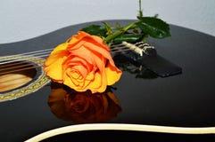 串和玫瑰,标志 免版税库存图片