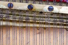 串和螺丝在老钢琴里面 免版税库存图片