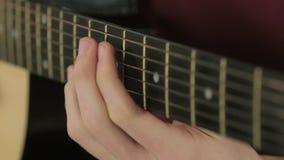串特写镜头在吉他的,当使用时 股票录像