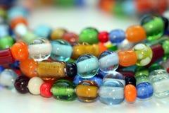 串珠的五颜六色的玻璃项链 免版税库存照片