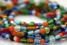 串珠的五颜六色的玻璃项链 免版税库存图片