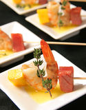 串用大虾、菠萝和冷盘 免版税库存照片