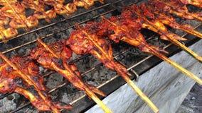 串起烤鸡在泰国的当地开放的市场上 木炭格栅在棍子当地泰国烹调食物的鸡身体在4k 影视素材