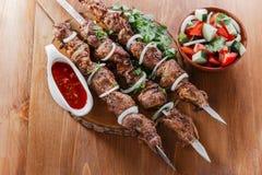 串起shashlik kebab 免版税图库摄影