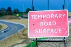 临时路面长跑训练在英国机动车路签字 免版税库存照片