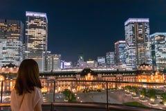 丸之内,东京,日本- 2018年7月20日:东京在暮色时间的驻地大厦 免版税库存照片