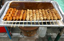 丸子串起格栅和调味汁在火炉木炭 免版税图库摄影