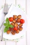 丸子用在一个白色盘的蕃茄 免版税库存照片