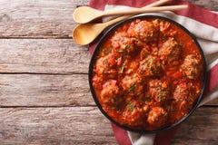 丸子用在一块板材的辣西红柿酱在桌上 Horiz 库存图片