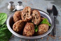 丸子用在金属的荞麦在灰色抽象背景滚保龄球 健康的食物 概念吃健康 库存照片