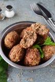 丸子用在金属的荞麦在灰色抽象背景滚保龄球 健康的食物 概念吃健康 图库摄影