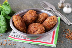 丸子用在金属的荞麦在灰色抽象背景滚保龄球 健康的食物 概念吃健康 库存图片