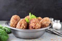 丸子用在金属的荞麦在灰色抽象背景滚保龄球 健康的食物 概念吃健康 免版税库存照片