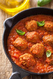 丸子用在黑平底锅的西红柿酱 免版税图库摄影
