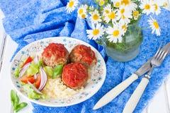 丸子用西红柿酱、菜和蒸丸子一道配菜  免版税库存照片