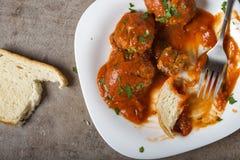 丸子用西红柿酱和新鲜的切好的荷兰芹在板材w 库存照片