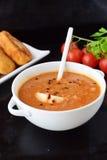 丸子的蕃茄小汤,在一个白色碗的面团用在黑抽象背景的土豆小馅饼 健康的食物 图库摄影