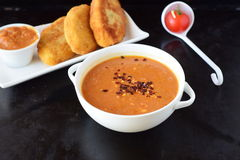丸子的蕃茄小汤,在一个白色碗的面团用在黑抽象背景的土豆小馅饼 健康的食物 免版税库存照片