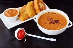 丸子的蕃茄小汤,在一个白色碗的面团用在黑抽象背景的土豆小馅饼 健康的食物 库存图片