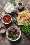 丸子,西红柿酱,无盐干酪,芝麻菜,烤了在一张木桌,顶视图上的面包热的三明治成份 可口snac 库存照片