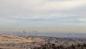 丹佛全景和城市的地平线从落矶山脉公园的 库存照片