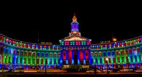 丹佛在晚上被照亮的市和县大厦为节假日。 免版税库存图片