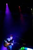 丹尼尔Rossen、北美灰熊的吉他弹奏者和歌唱者结合,执行在海涅肯Primavera声音2013年节日 免版税图库摄影