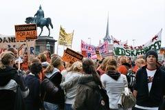 丹麦人减少的社会系统举行的PROTES集会 免版税库存照片