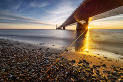 丹麦伟大的传送带桥梁的照片在日落的 库存照片