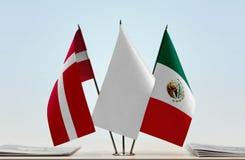 丹麦和墨西哥的旗子 免版税库存图片