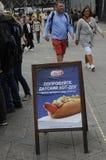 丹麦在RUUIAN和汉语的热狗范热狗PRMTION 库存图片