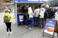 丹麦在RUUIAN和汉语的热狗范热狗PRMTION 免版税库存照片