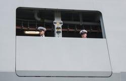 丹麦大型驱逐舰HDMS尼尔斯Juel (F363)的两位水手 图库摄影