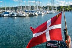 丹麦旗子在游艇港口 库存图片