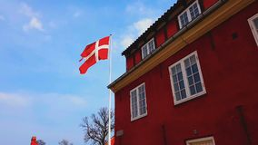 丹麦的国旗顶面使馆大楼的,外交代表机构,领事馆 股票录像
