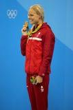 丹麦的奥林匹克冠军Pernille布卢姆庆祝胜利在奖牌仪式期间在妇女` s以后50米自由式决赛 库存图片