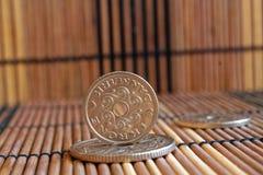 丹麦硬币衡量单位是在木竹桌上的5句, 2句和1句克罗钠(冠)谎言,好背景或明信片的 免版税库存图片