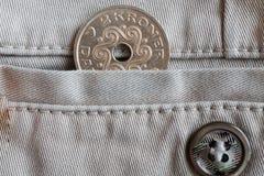 丹麦硬币衡量单位是在米黄牛仔布牛仔裤的口袋的两克罗钠冠有按钮的 免版税图库摄影