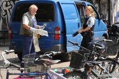丹麦警察CELANING街道VANDORS 免版税图库摄影