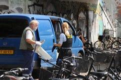 丹麦警察CELANING街道VANDORS 库存图片