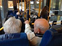 丹麦资深夫妇公共汽车乘客 免版税库存图片