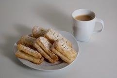 丹麦酥皮点心和咖啡 库存照片