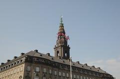 丹麦降半旗在议会CHRSTIANSBORG的 库存照片