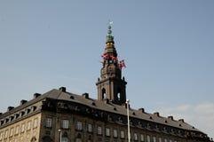丹麦降半旗在议会CHRSTIANSBORG的 库存图片