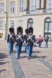 丹麦 哥本哈根 改变Amalienborg Pa的卫兵 免版税库存图片