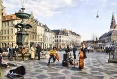 丹麦 哥本哈根 音乐家临近喷泉鹳 免版税库存图片