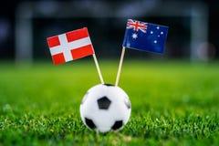 丹麦-澳大利亚,小组C,星期四,21 世界杯6月,橄榄球,俄罗斯2018年,在绿草,白色橄榄球的国旗 免版税库存图片