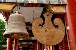 丹Jing掸人, CH : 寺庙响铃&锣 库存照片
