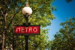 为一个地铁车站签字在巴黎,法国 免版税库存照片