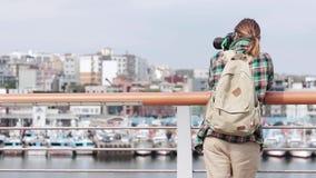 为一个城市和口岸照相与小船的妇女自由职业者的新闻工作者 影视素材